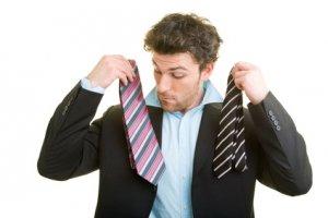 Junger Mann bei der Krawattenauswahl
