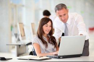 Junge Frau am Laptop mit Berater