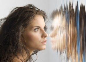 Frau mit verzerrtem Spiegelbild