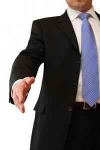 Mann reicht Hand zum Handshake