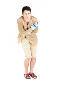 Falsche Kleidung - peinlich berührter Mann