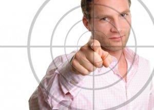 Mann zeigt mit Finger auf Zielscheibe
