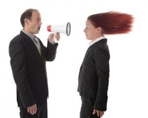 Chef schreit Angestellte durch Megafon an