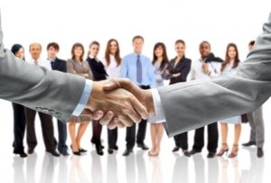 Handshake vor Mitarbeitern