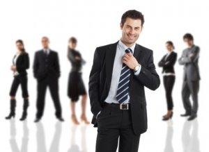 Chef steht vor seinen Mitarbeitern