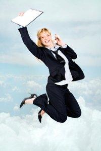 Frau springt vor Freude in die Luft