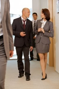 2 Geschäftspartner beim Small Talk