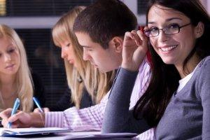 Junge Menschen beim Lernen