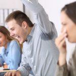 Mundgeruch, Schweißflecken und Co.: So sprechen Sie Kollegen souverän auf peinliche Themen an