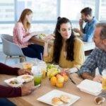 Kantinen-Knigge: So verhalten Sie sich beim Mittagessen mit den Kollegen richtig